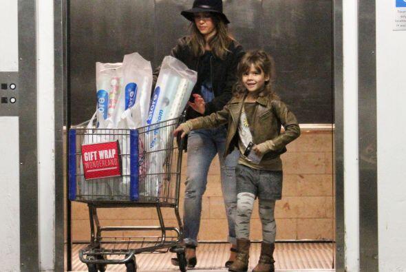 Este par de distinguidas damas, terminó su día de compras, no sin antes...