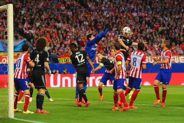 Una de las raras llegadas de Chelsea, poco después de la lesión de Cech.