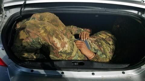 Encuentran dos inmigrantes mexicanos en el maletero de un vehículo