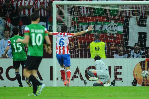 A los 6 minutos del primer tiempo, el colombiano recibió un balón dentro...