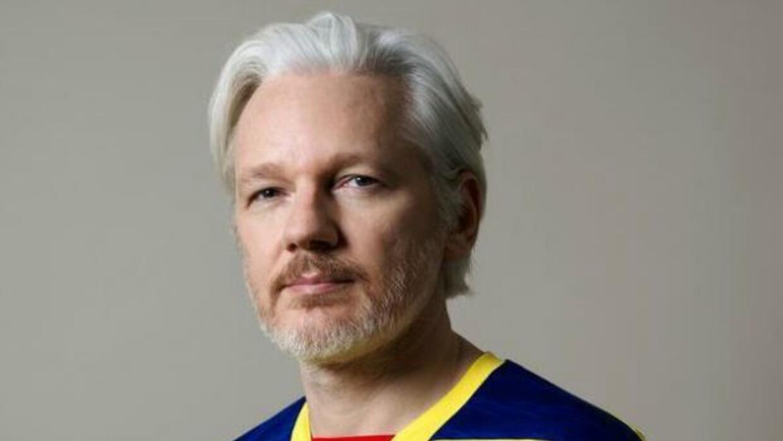 El fundador de WikiLeaks, lució la camiseta de la selección ecuatoriana...