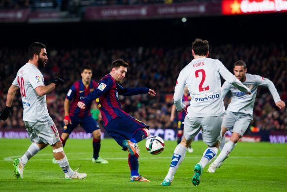 Messi fue otro que también intentó romper la valla colchonera con sus re...