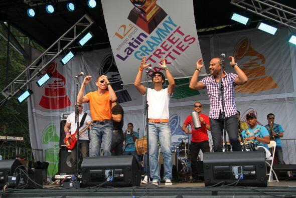 Los Rosario en El Latin Grammy® Street Party c2a4975cedd148128cd1e287731...