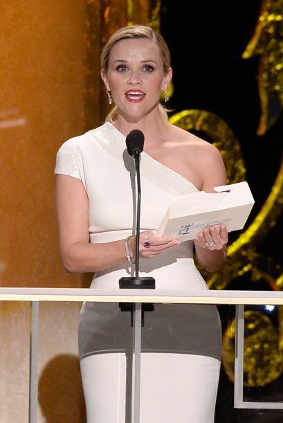 Reese Witherspoon anunciando al ganador de Actor de Reparto.