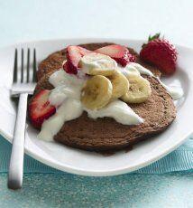 'Pancakes' de chocolate con fresas: Los pancakes preparados con leche de...