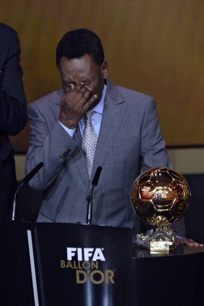 Bañado en lágrimas, el ex jugador brasileño se mostró conmovido.