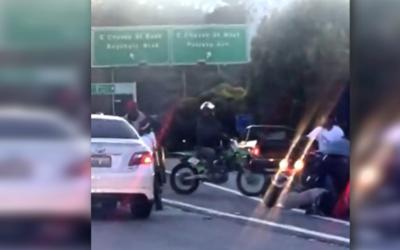 Motociclistas atacan a golpes a un automovislista.