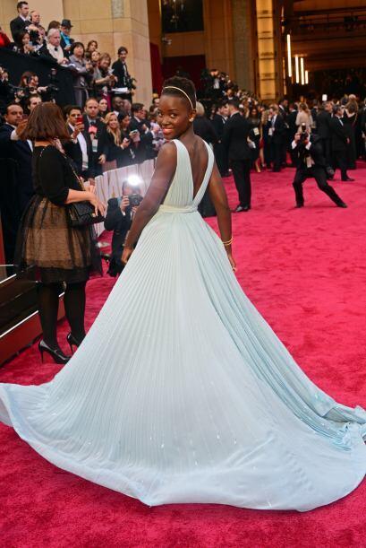 Lupita Nyong'o apostó por un vestido Prada. Gracias a su elección fue un...