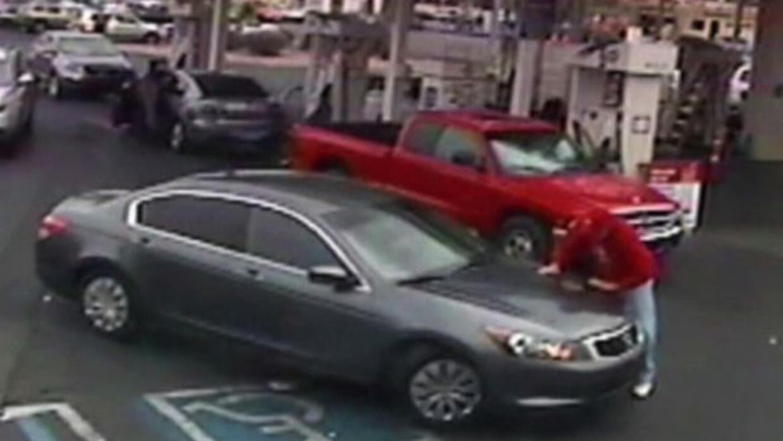 Impactante momento en que un anciano es una atropellado en estación de gas