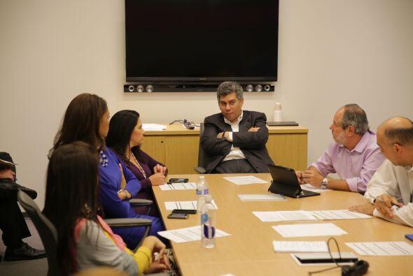 Daniel Coronell, vicepresidente de Noticias Univision, rodeado por su eq...