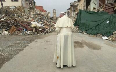 El Papa Francisco hace visita sorpresa a la ciudad de Italia más devasta...
