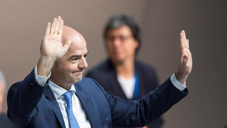 Gianni Infantino saluda tras conocer que se queda al frente de la FIFA.
