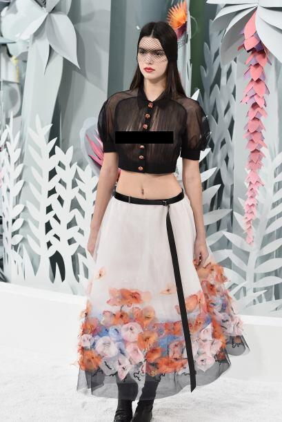 El evento era de Chanel y así con blusa transparente la bella Kendall ca...