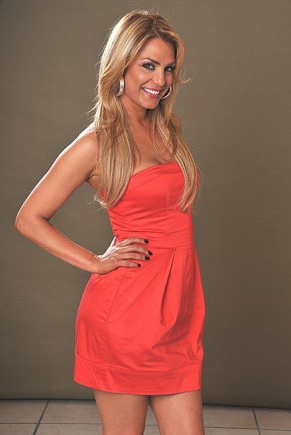 Ese vestido rojo deja ver todos sus atributos.