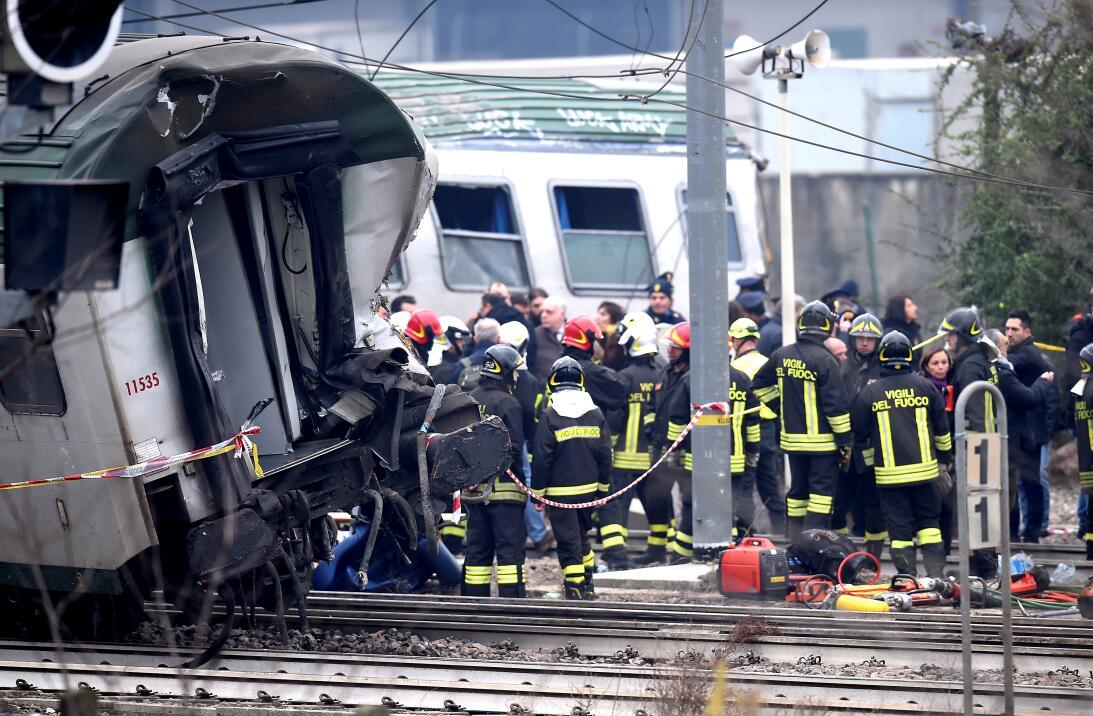 Fotos: Tres muertos y un centenar de heridos al descarrillar un tren en...