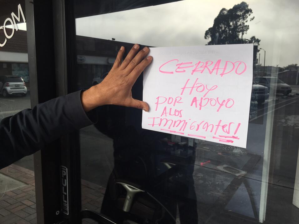 El dueño de una escuela de manejo en Cudahy coloca un cartel avisando qu...