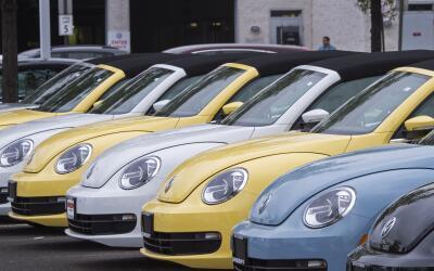 Inventario de Volkswagen Beetle en una concesionario VW en Woodbridge, V...
