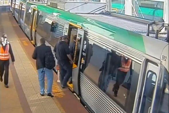 Los pasajeros que viajaban en el tren decidieron unir fuerzas para poder...