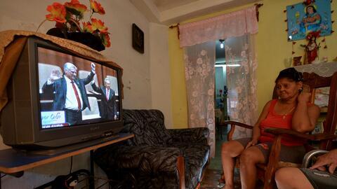 Una mujer cubana sigue por televisión el nombramiento de Miguel D...