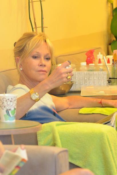 Mientras Melanie Griffith se va al manicure con su hija Stella del Carme...