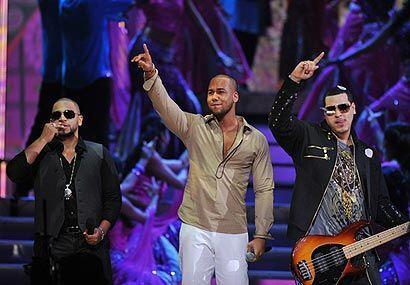 Aventura también se entregó de lleno a sus fanáticos desde el escenario...