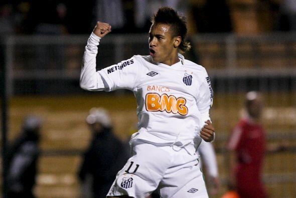 Con el puño cerrado y la presencia desafiante, Neymar festeja el triunfo...