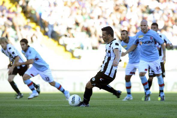 Ya con la ventaja en el marcador, Antonio Di Natale cobró un penalti.