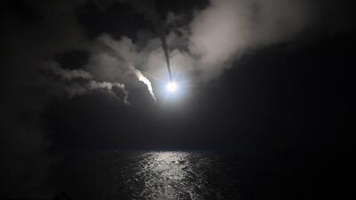 Las imágenes del ataque de EEUU con decenas de misiles a una base siria