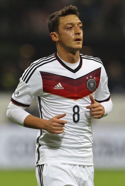 Mesut Özil. Posición: Mediocampista. Fecha de nacimiento: 15 de octubre...