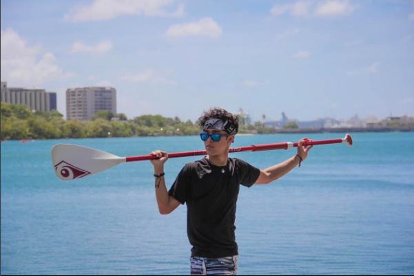 Joel con sus 18 años arranca suspiros en la Laguna de Condado en Puerto...