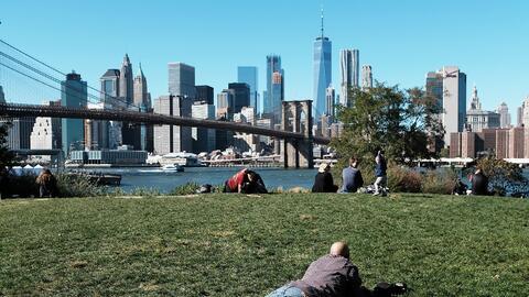 El 20 de octubre de 2017, la gente se relajaba en Brooklyn en un d&iacut...