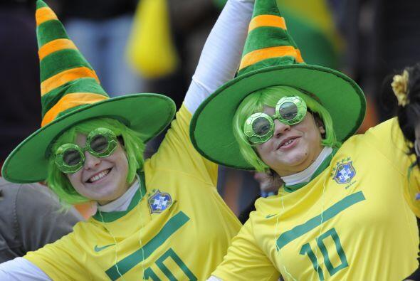 La alegría del fútbol llega a extremos. Los simpatizantes se divierten d...