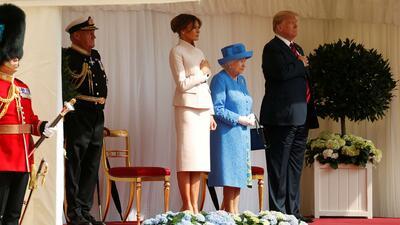En medio de protestas, la reina Isabel II recibe al presidente Trump y su esposa Melania