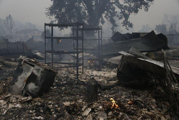 Restos de un edificio consumido por las llamas enMiddletown, California.