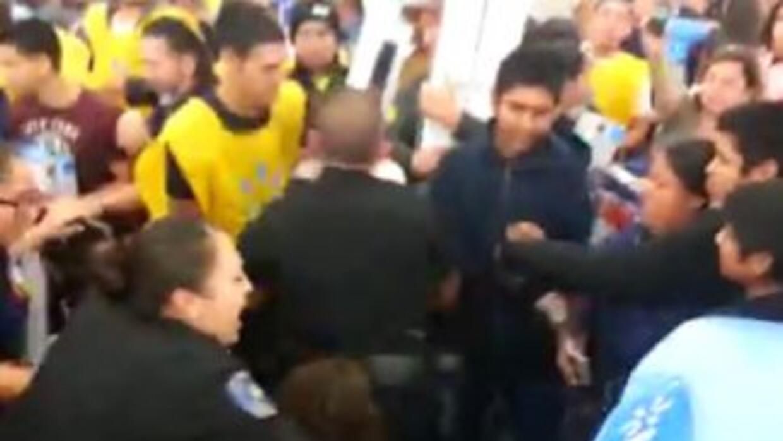 La fiebre por las compras dejó personas heridas y detenidas. (Imagen tom...