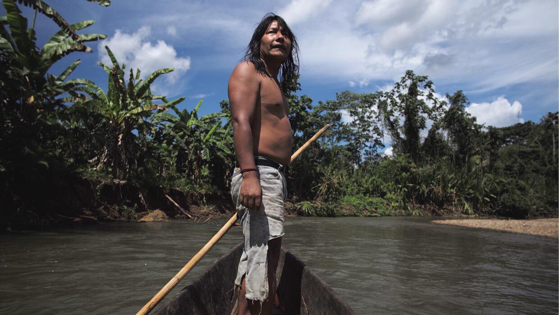Manari Ushigua, en canoa cerca de su poblado.