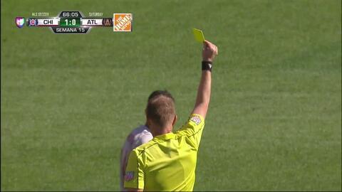 Tarjeta amarilla. El árbitro amonesta a Carlos Carmona de Atlanta United FC
