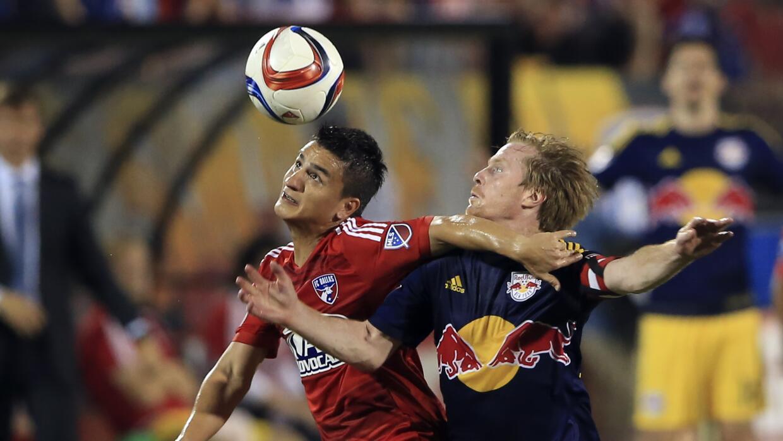 Mauro Díaz y Dax McCarty en un FC Dallas ante Red Bulls.