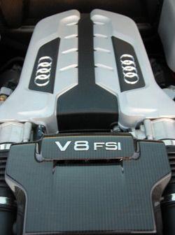 Utiliza un motor V8 FSI con 420 caballos de fuerza.