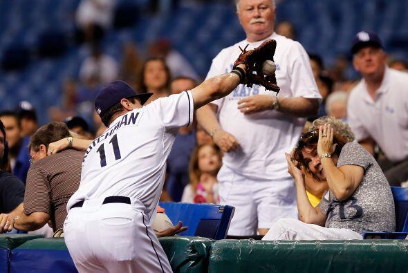 Kutchman salvó a esta aficionada de un pelotazo para conseguir el out.