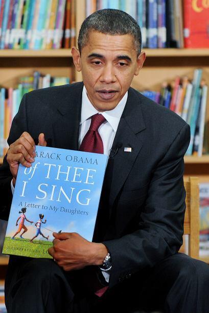 Obama también leyó porciones del libro que escribió, 'Of Thee I Sing, A...