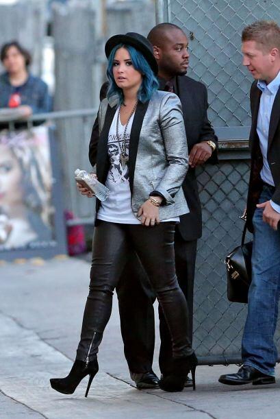 Quien también se orientó por el gris, pero metálico, fue Demi Lovato con...