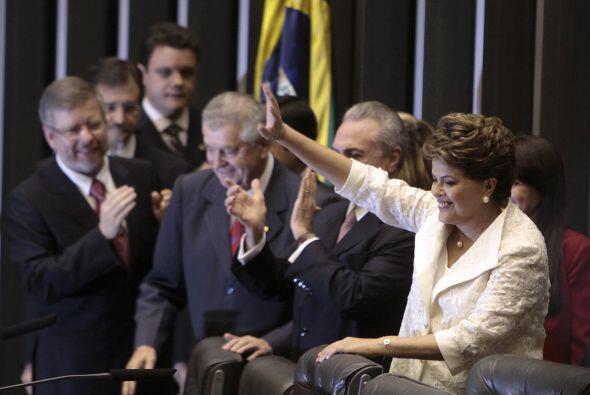La nueva gobernante, de 63 años, juró respetar la Constitución, observar...