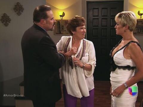 Agustina descubre a su marido, Dionisio, besando a Isadora.