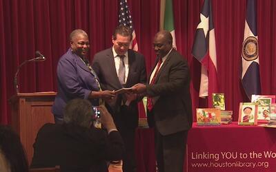 Consulado de México dona libros de texto en español a la Biblioteca Públ...