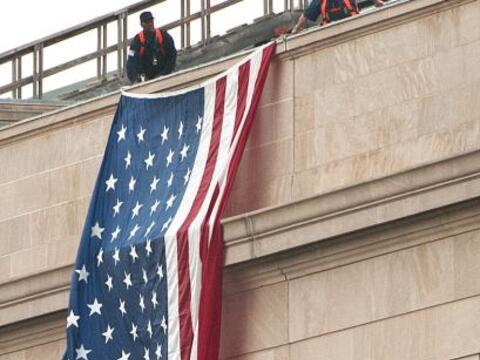 La bandera estadounidense fue desplegada muy temprano la mañana d...