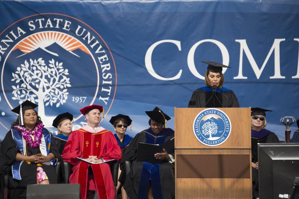 La autora durante su discurso de ceremonia de graduación