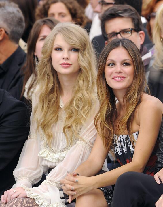 Taylor intercambió los rizos por las ondas en una pasarela en Milán en 2...