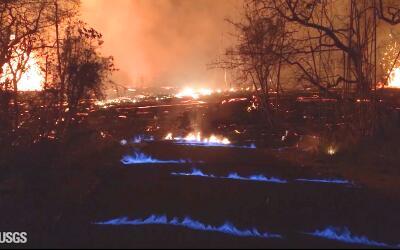 Foto del Servicio Geológico de EEUU en donde se ven llamas azules...