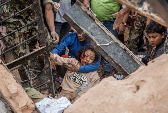 Trabajadores de emergencia hallaron a un sobreviviente entre los escombr...